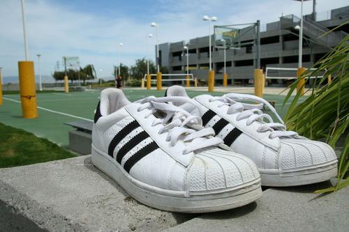 800px-Adidas_Superstar_shoes_pair